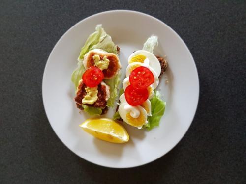 Rugbrød med fiskefrikadeller, æg og gnavegrønt