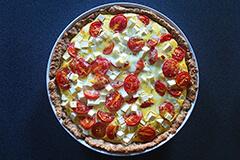 Tærte med tomat, løg og feta