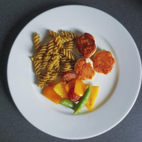 Fiskefrikadeller m. pasta-pesto og ovnbagte grøntsager