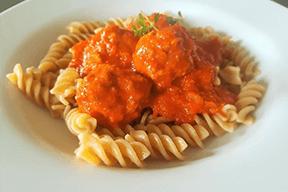Fuldkornspasta m. kødboller i tomatsauce